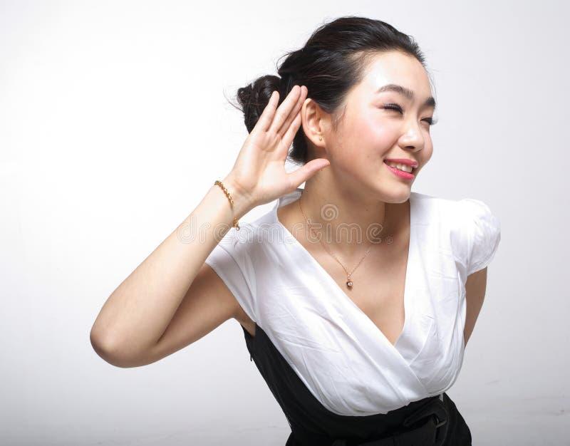 asiatisk lyssnande kvinna royaltyfri foto