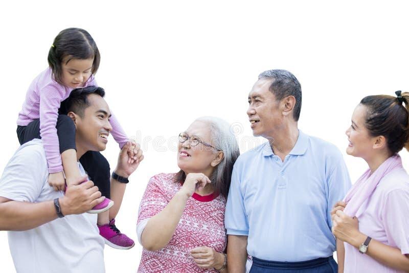 Asiatisk mång- utvecklingsfamilj som pratar i studion royaltyfria foton