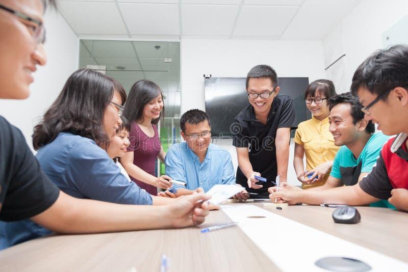 Asiatisk mötesrum för grupp för affärsfolk arkivbild