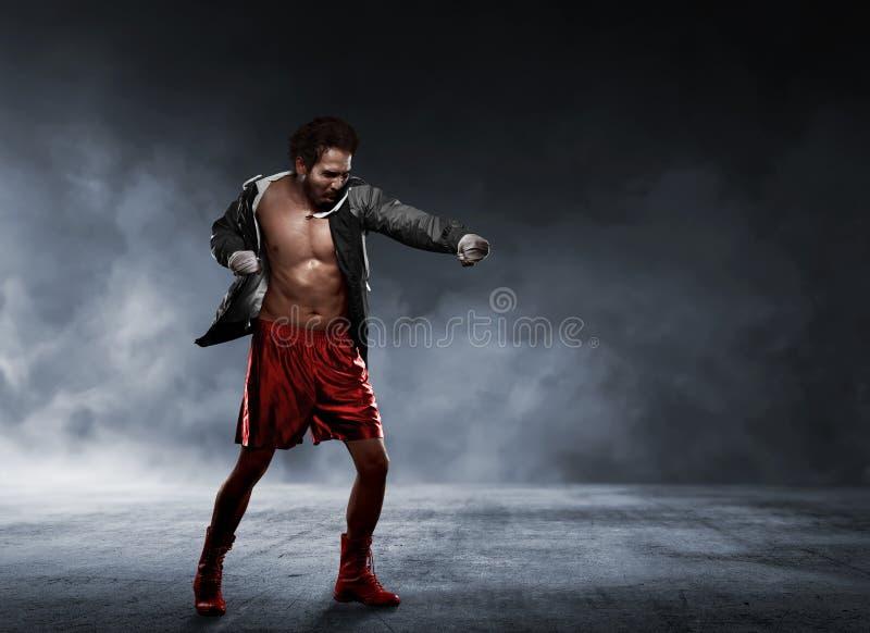 Asiatisk man för handling i sportswear genom att använda remmen i handleddanandestansmaskin royaltyfria foton