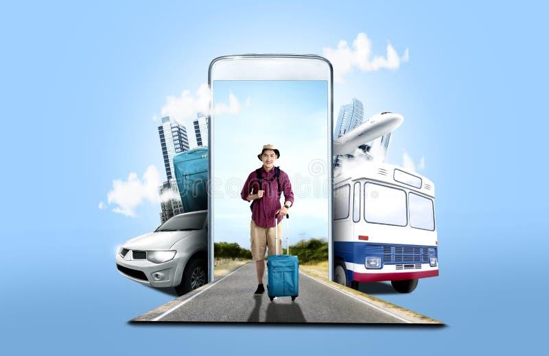 Asiatisk man i hatt med resväskapåsen och ryggsäckanseende på gatan royaltyfri foto