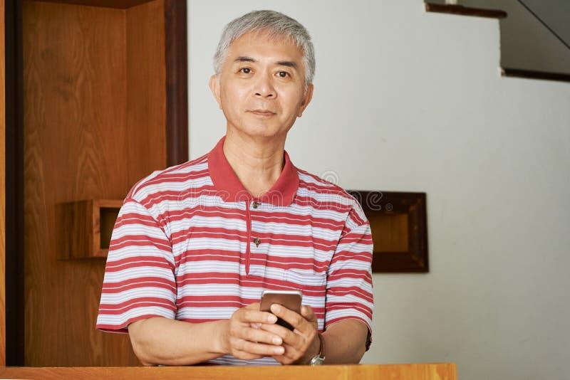 Asiatisk man med smartphonen fotografering för bildbyråer