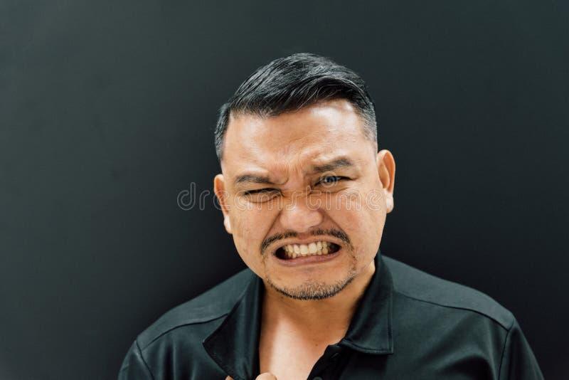 Asiatisk man som är smärtsam från sjukdomhjärtinfarkt royaltyfria foton