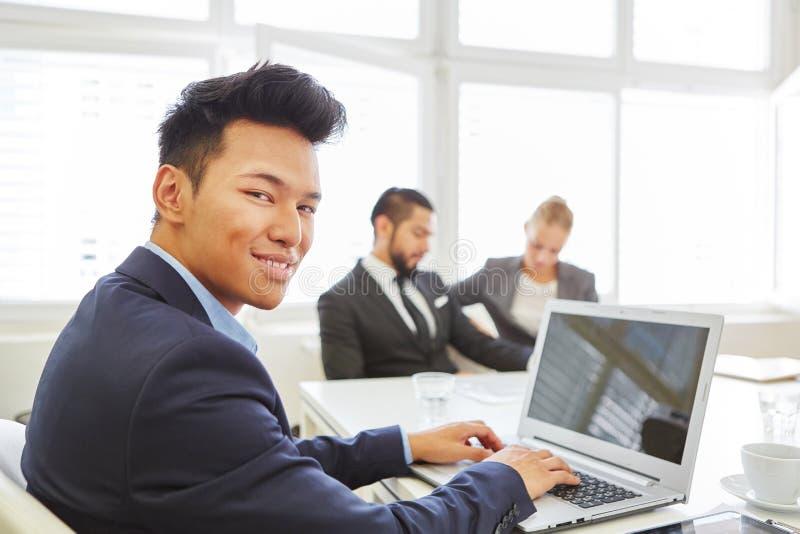 Asiatisk man som datorforskare royaltyfri bild