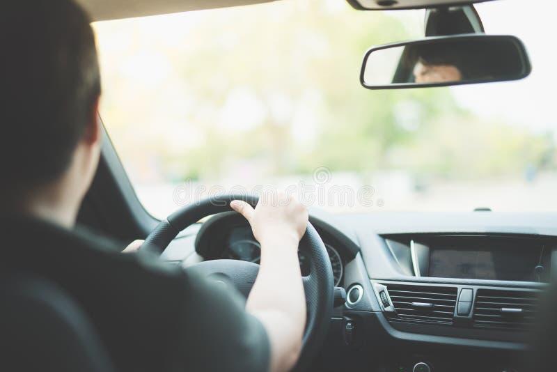 Asiatisk man som kör en bil arkivbild