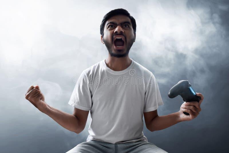 Asiatisk man som spelar videospel royaltyfri fotografi