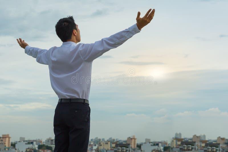 Asiatisk man som startar hans morgon på till-vara en lyckad dag royaltyfri fotografi