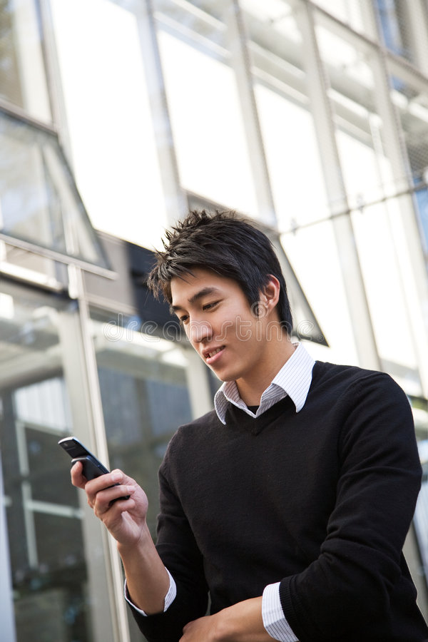asiatisk man som texting royaltyfria bilder