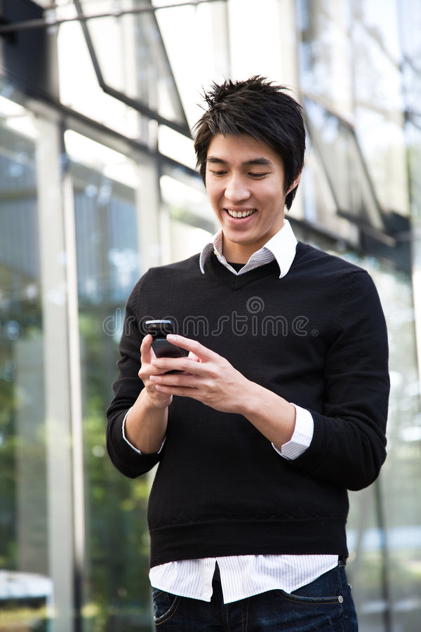 asiatisk man som texting fotografering för bildbyråer