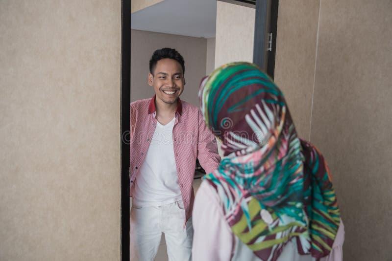 Asiatisk man som tillbaka hem går arkivbild