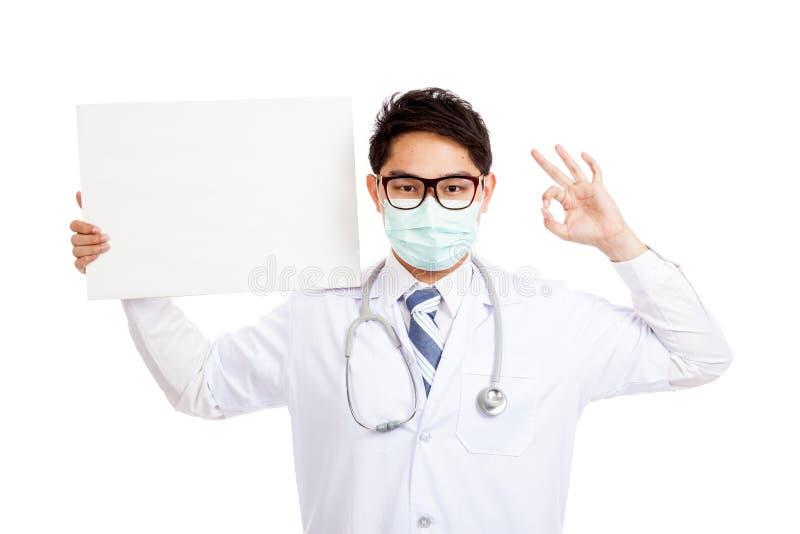 Asiatisk manlig show för doktorsklädermaskering som är reko med det tomma banret royaltyfri foto