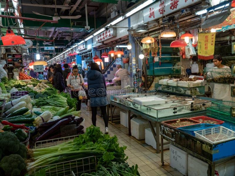 Asiatisk marknad med variation av f?rs?ljare fotografering för bildbyråer