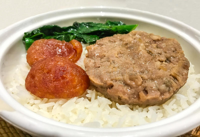 Asiatisk mat, ångat finhackat griskött med den rimmade söta korven för fisk och för kines i kinesisk stil på jasminris arkivbilder