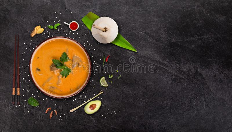 Asiatisk matbakgrund f?r gul curry med olika ingredienser p? stentabellen royaltyfri bild