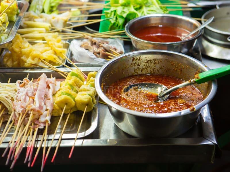 asiatisk matgata Folk som lagar mat, säljer och köper exotiska Asi arkivfoto