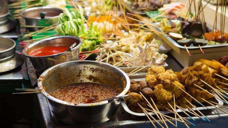 asiatisk matgata Folk som lagar mat, säljer och köper exotiska Asi fotografering för bildbyråer