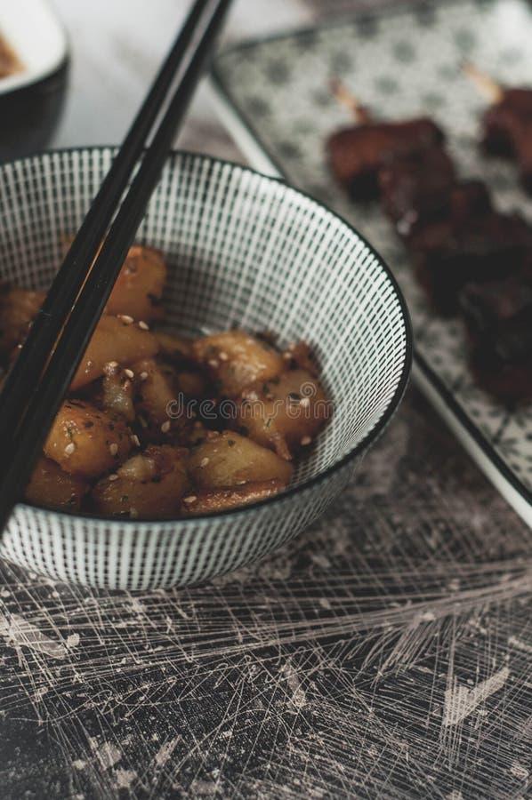 Asiatisk maträtt: Vietnamesiska potatisar med sesamfrö arkivbild