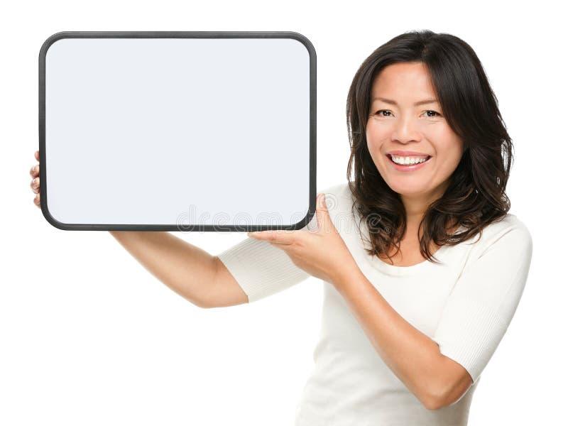 Asiatisk medelåldrig kvinna som visar tecknet royaltyfria bilder