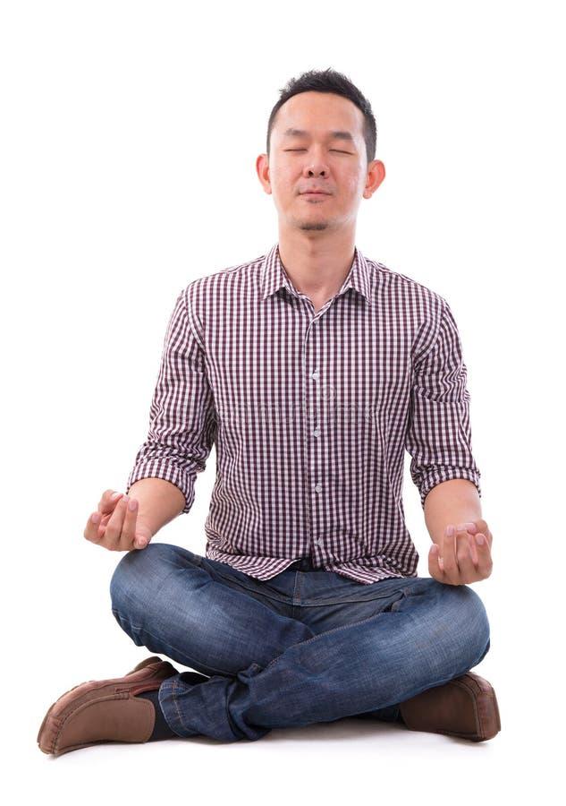 Asiatisk meditationman arkivfoto