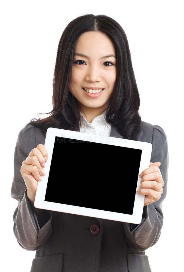 Asiatisk minnestavla för håll för affärskvinna, fokus på minnestavlan royaltyfri bild