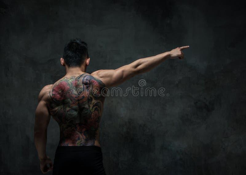 Asiatisk modell med tatueringen arkivfoton
