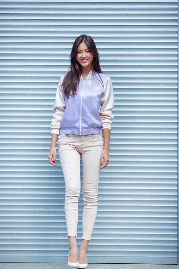 Asiatisk modemodell utomhus royaltyfria bilder