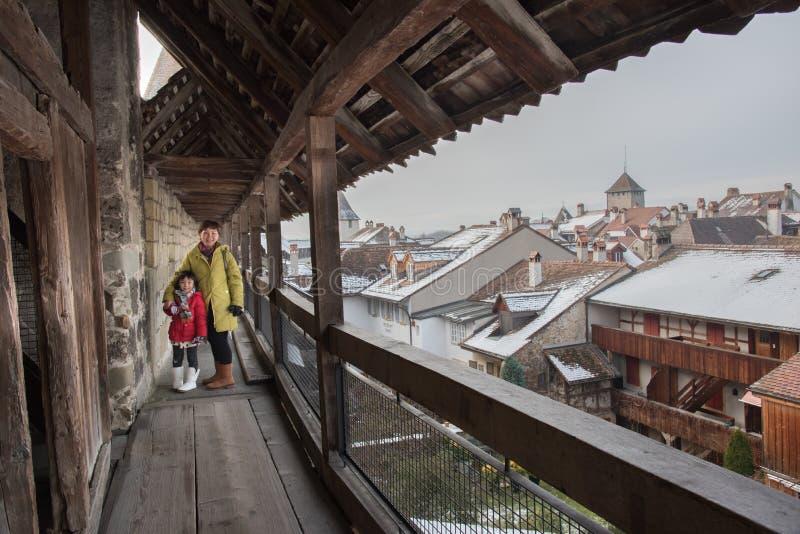Asiatisk moder och dotter, Murten stad i vinter, Schweiz, Europa royaltyfria foton