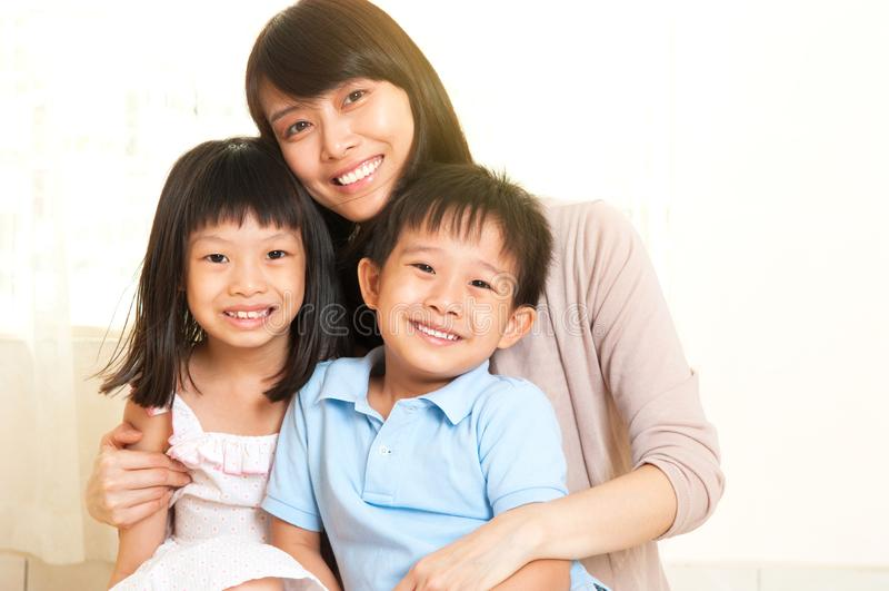 Asiatisk moder och ungar arkivfoton