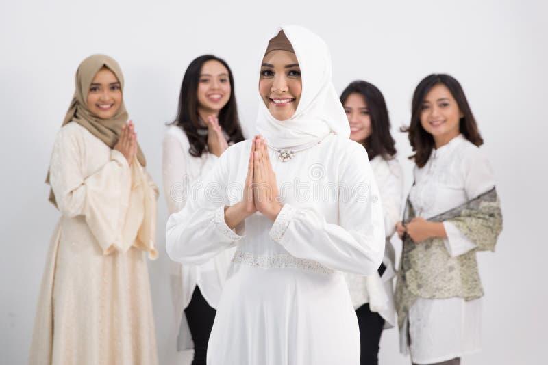 asiatisk muslimkvinna Eid Mubarak begrepp arkivbild