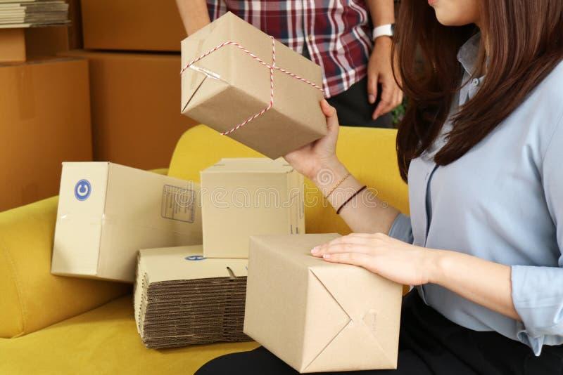Asiatisk packande jordlott för affärskvinna för att leverera arkivfoto