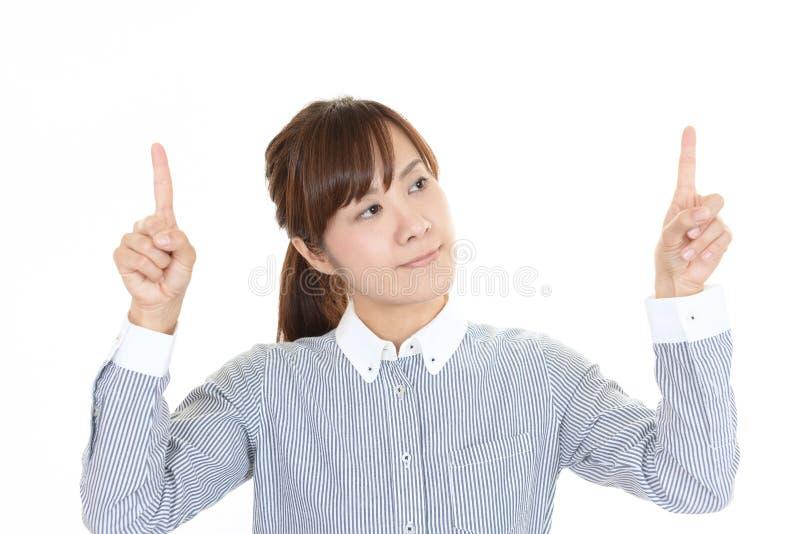 asiatisk pekande kvinna fotografering för bildbyråer