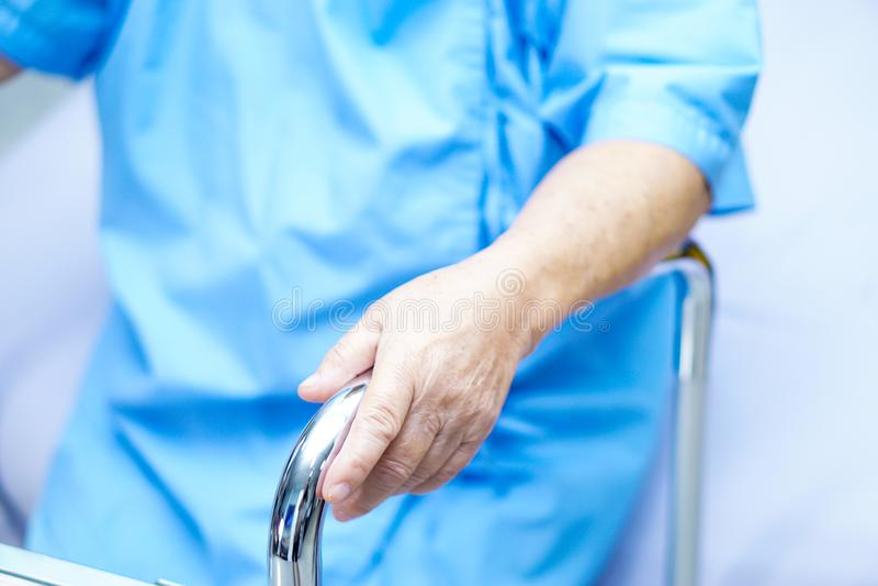 Asiatisk pensionär eller äldre kvinnapatient för gammal dam med fotgängaren på sjukvårdsjukhuset royaltyfria bilder