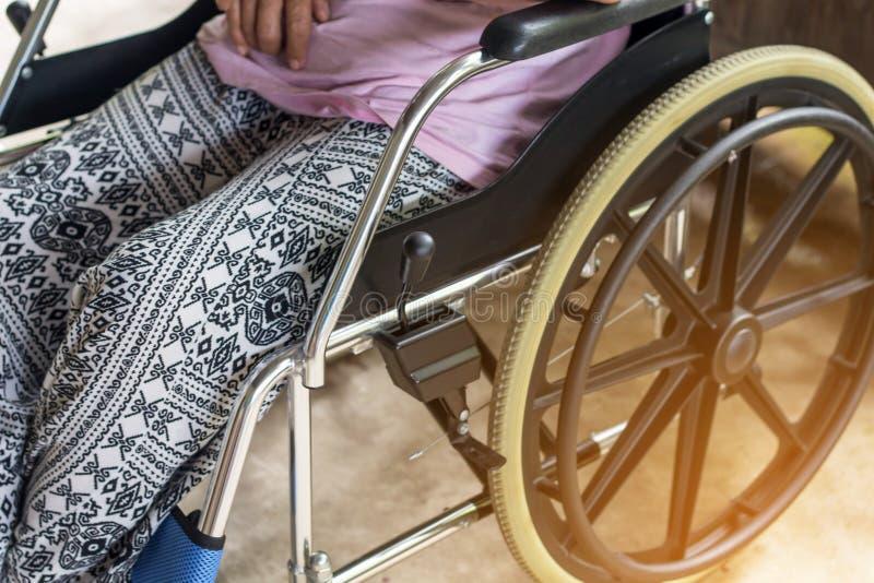 Asiatisk pensionär eller äldre kvinnapatient för gammal dam på rullstolen så royaltyfria foton