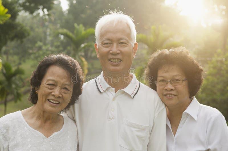 Asiatisk pensionärgrupp som har gyckel arkivfoto