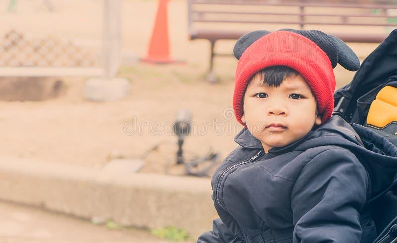 Asiatisk pojke bärande kläder för en vinter royaltyfria bilder