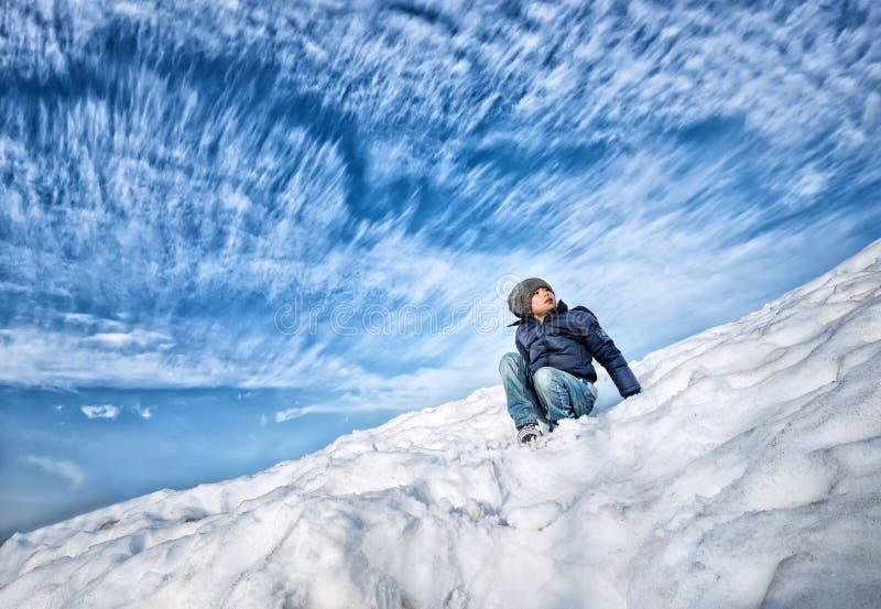 Asiatisk pojke som spelar i snö royaltyfri fotografi