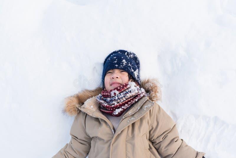 Asiatisk pojke som spelar snö royaltyfria bilder