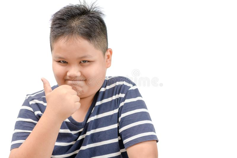 Asiatisk pojke som visar tummar upp gest royaltyfri fotografi