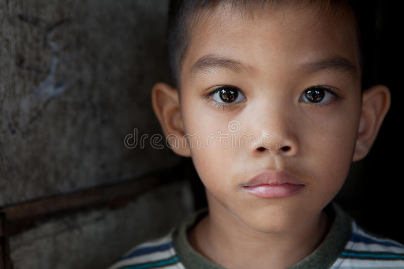Asiatisk pojkestående arkivfoton