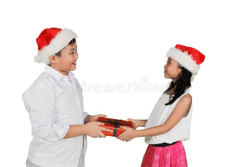 Asiatisk pys som ger gåvor till hans syster arkivfoto