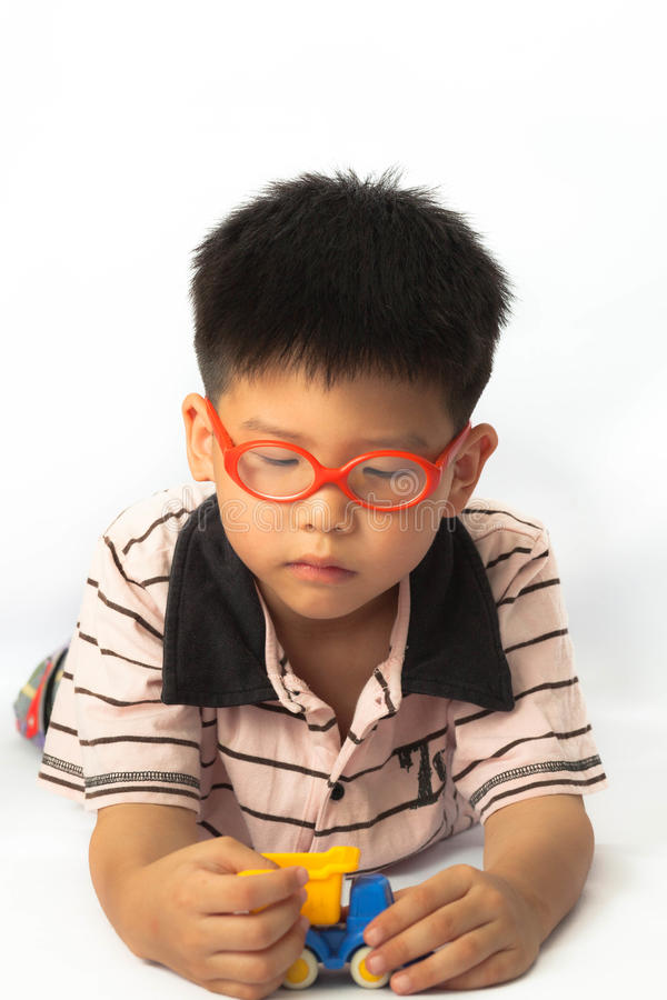Asiatisk pys som spelar leksaken royaltyfria bilder