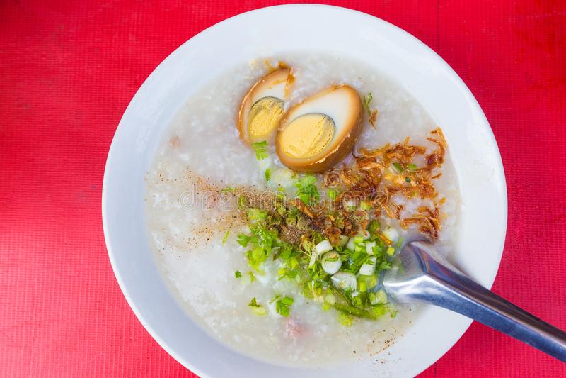 Asiatisk rissoppa, havregröt, med grisköttstöd och brunt kokade ägget royaltyfri foto
