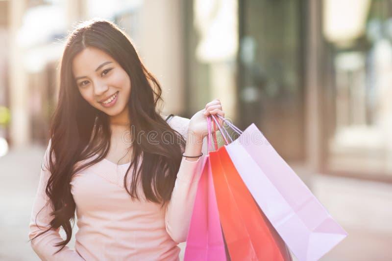 asiatisk shoppingkvinna royaltyfria bilder