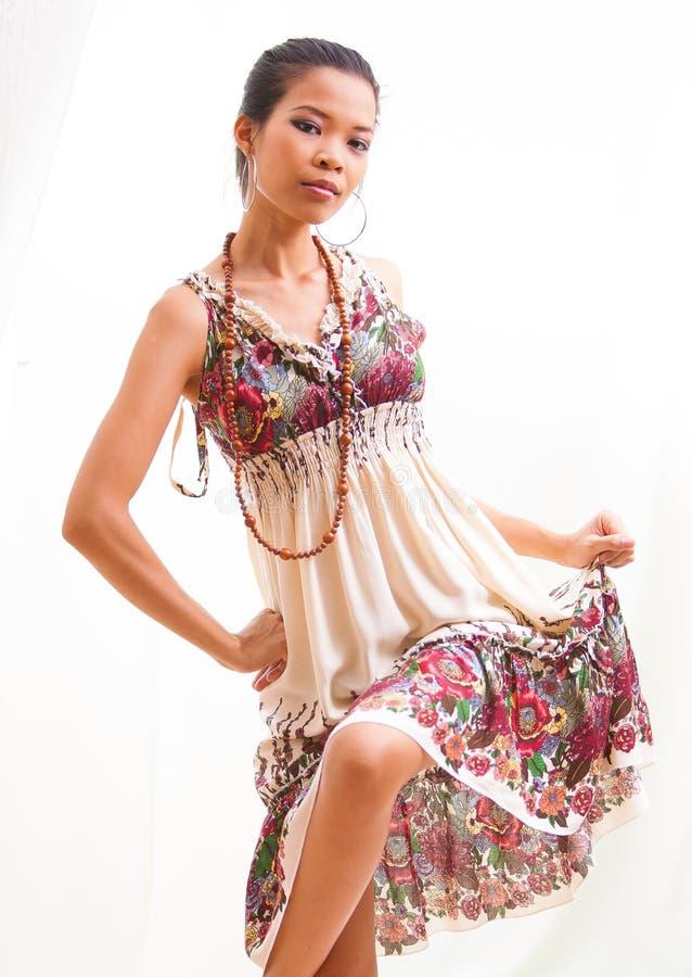 Asiatisk skönhetflicka på ljus bakgrund arkivfoton