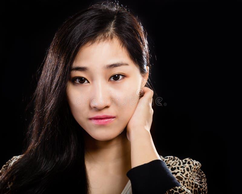 Asiatisk skönhetstående på svart arkivfoton