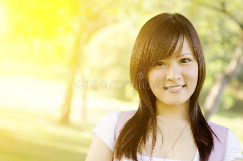 Asiatisk stående för högskolaflickastudent royaltyfri fotografi