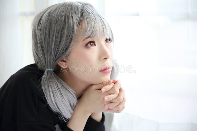 Asiatisk stående för ung kvinna i sängrum med den vita signalen arkivbilder