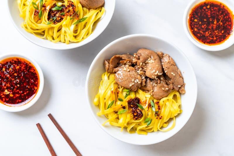 asiatisk stekt under omrörning nudel med griskött royaltyfri foto