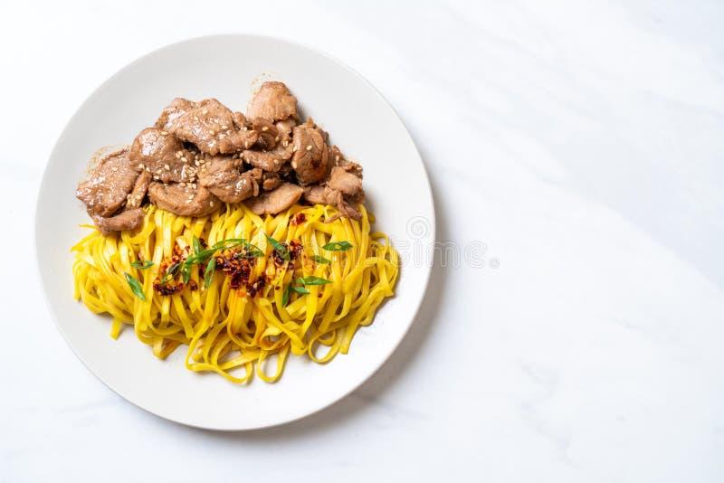 asiatisk stekt under omrörning nudel med griskött arkivbild
