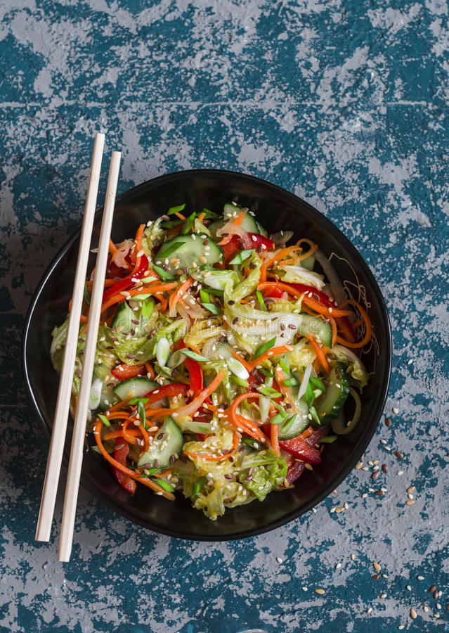 Asiatisk stil gravade grönsaksallad på mörk bakgrund arkivfoto